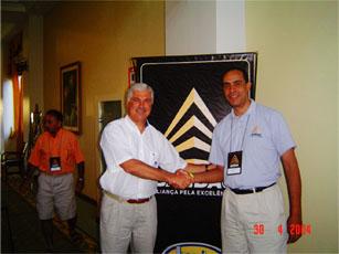 O gerente Roberto Tavares cumprimenta o presidente da Bandag do Brasil, sr. Roberto Ducatti em convenção da Bandag/2004 na Bahia.